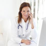 Reumatológus doktornő fehér köpenyben