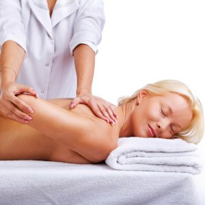 Boldog lány manuálterápiás kezelést kap